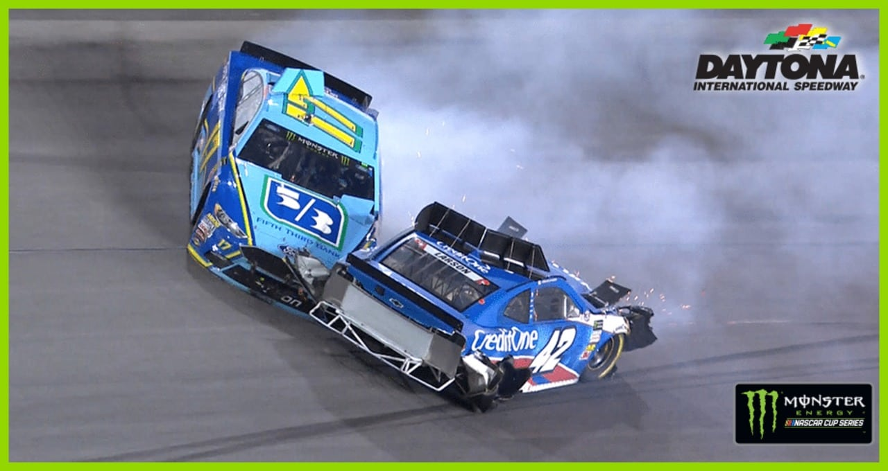 Heavy damage after Larson, Stenhouse Jr. collide