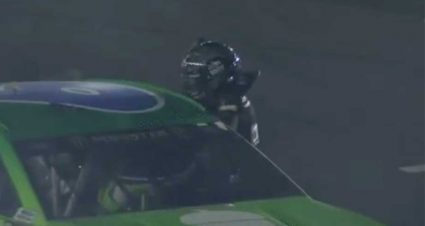 Clint Bowyer atacó a golpes a Ryan Newman tras la All-Star Race